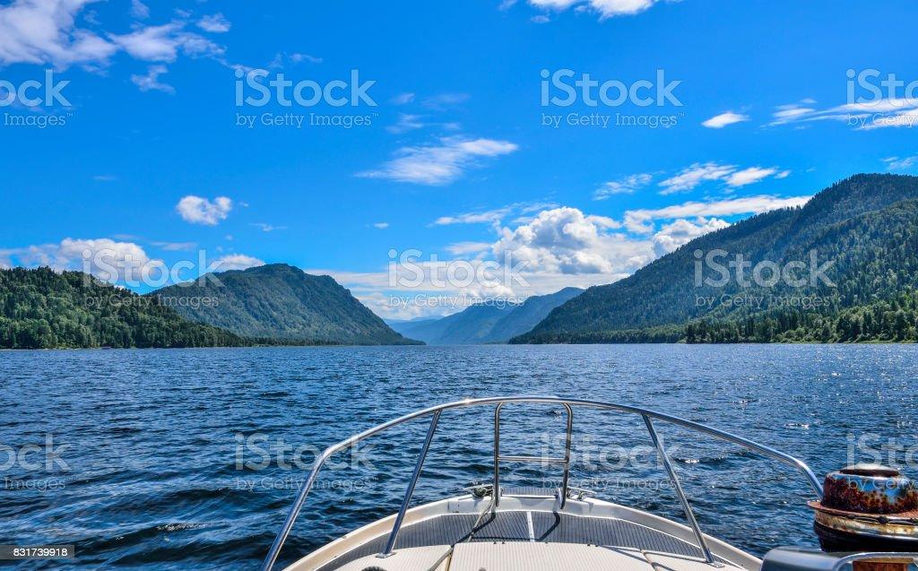 Blick auf den See Telezkoje vom Boot. Russland, Republik Altai – Foto
