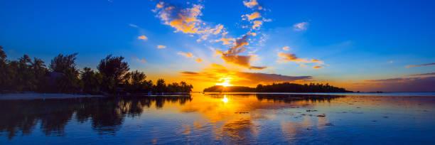 Blick auf die Landschaft bei Sonnenuntergang, Moorea Insel, Französisch Polynesien. Kopierraum für Text – Foto