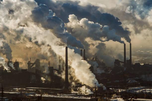 vista de la planta metalúrgica de magnitogorsk - contaminación ambiental fotografías e imágenes de stock