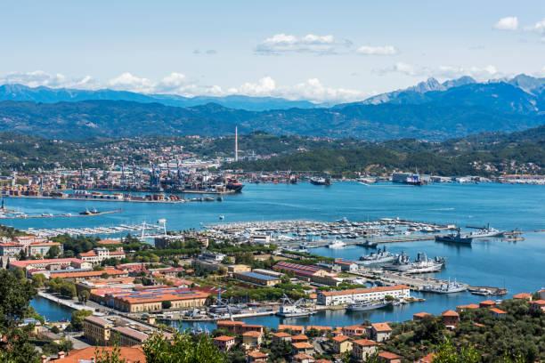 Blick auf das Militär, die Handelspfelle und Schiffe mit Bergen von La Spezia in Italien – Foto