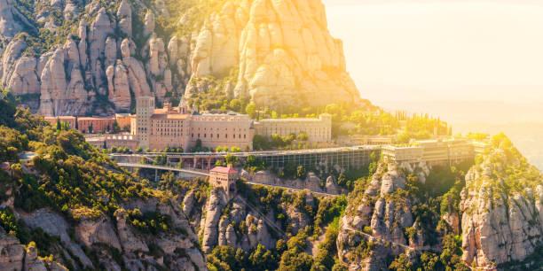 blick auf das kloster montserrat in katalonien, in der nähe von barcelona - la union stock-fotos und bilder