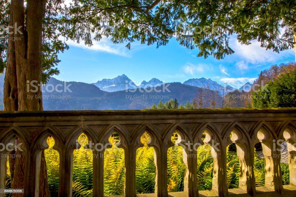 Vista De Los Alpes De Montaña Desde La Terraza Con Una