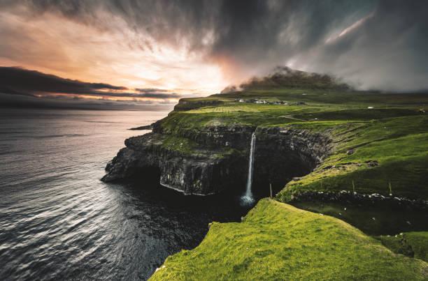 uitzicht op de waterval van de mulafossur in gasadalur - faeröer stockfoto's en -beelden