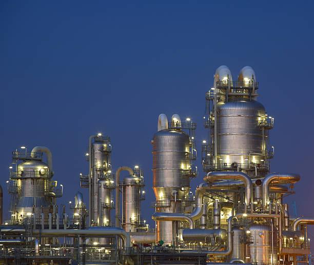 ölraffinerie - destillationsturm stock-fotos und bilder