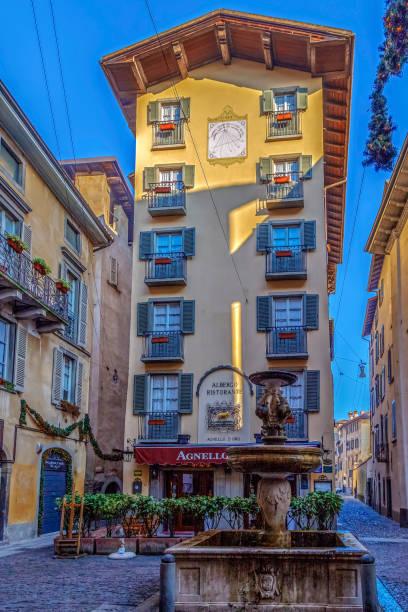 ansicht des alten albergo ristorante, bergamo, italien - hotel mailand stock-fotos und bilder