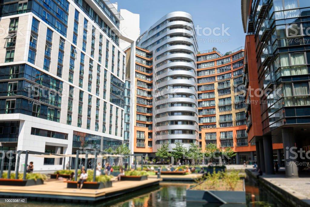 Blick auf die Paddington Basin und Wohnarchitektur in London – Foto