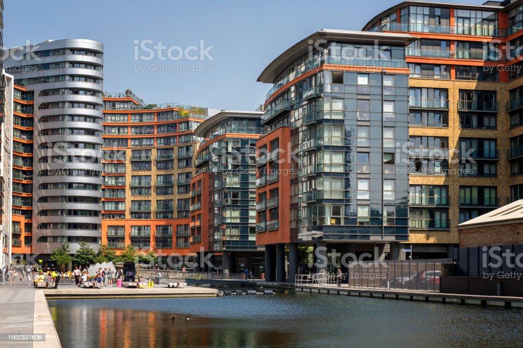 Blick auf die Paddington Basin Wohnarchitektur in London – Foto
