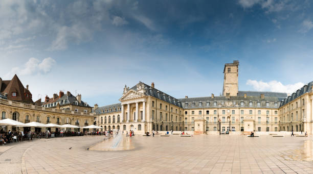 Blick auf den Platz Place de La Liberacion im Herzen der Altstadt von Dijon mit Menschen, die in den vielen Restaurants speisen – Foto