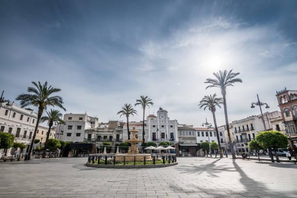 Vista de la Plaza de España, con la famosa fuente y pasillo de ciudad. - foto de stock