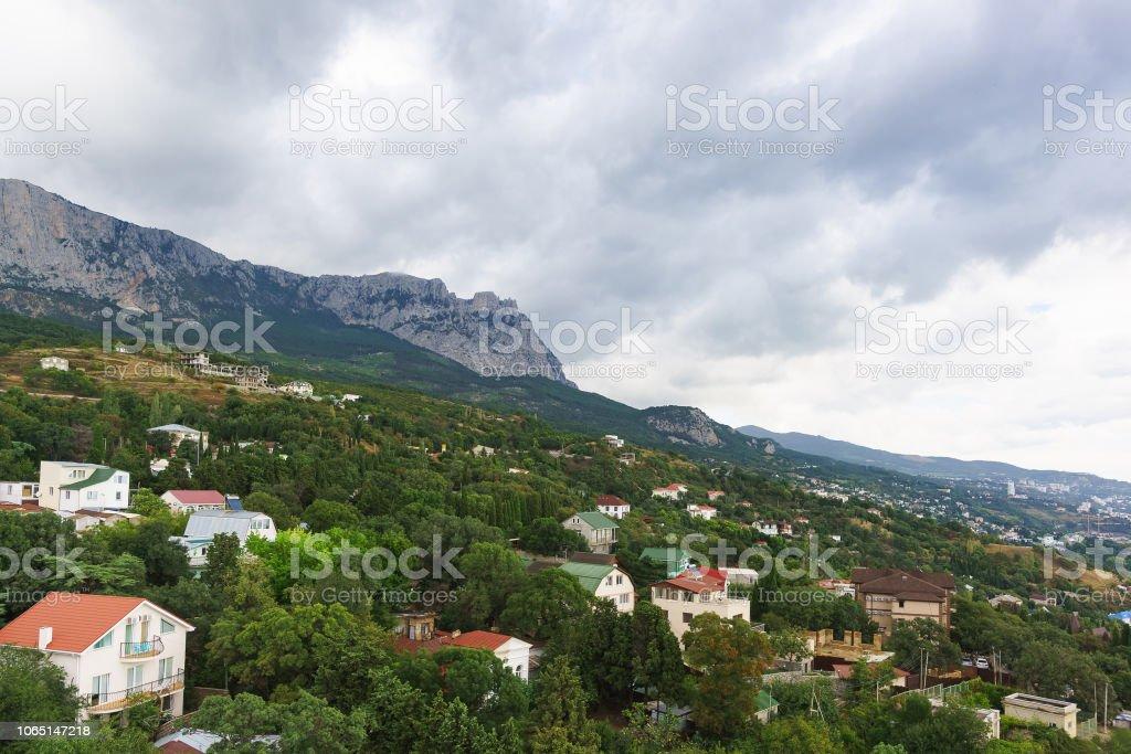 Vue de la station village d'Aloupka et AI-Petri montagne sur une journée nuageuse - Photo