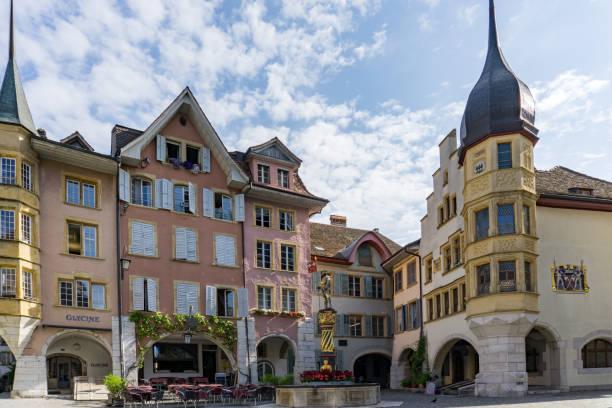 Blick auf den Ringplatz und den Vennerbrunnen in der historischen Altstadt von Biel – Foto