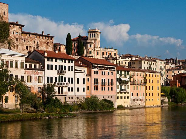 Vista del villaggio romantica Basano del Grappa - foto stock