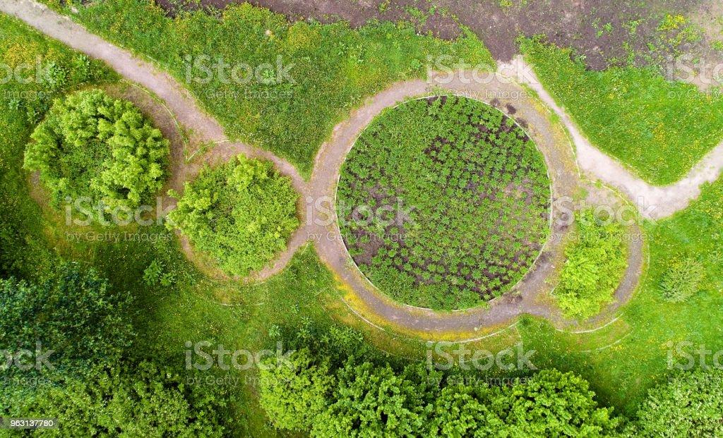 Utsikt över de runda sängarna i parken i sommar. - Royaltyfri Bergskedja Bildbanksbilder
