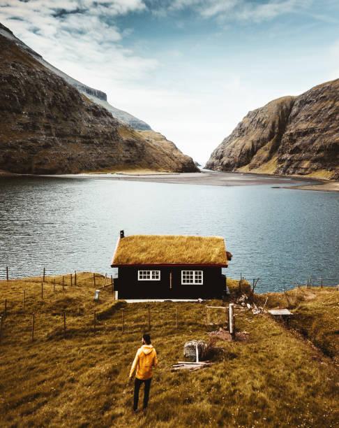 blick auf die saksun landschaft auf den färöer - strohdach stock-fotos und bilder