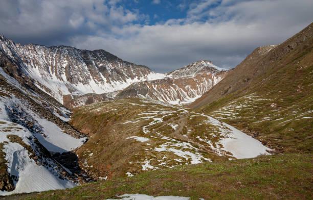 uitzicht op de shumak-pas vanaf de rivier de shumak - siberië stockfoto's en -beelden
