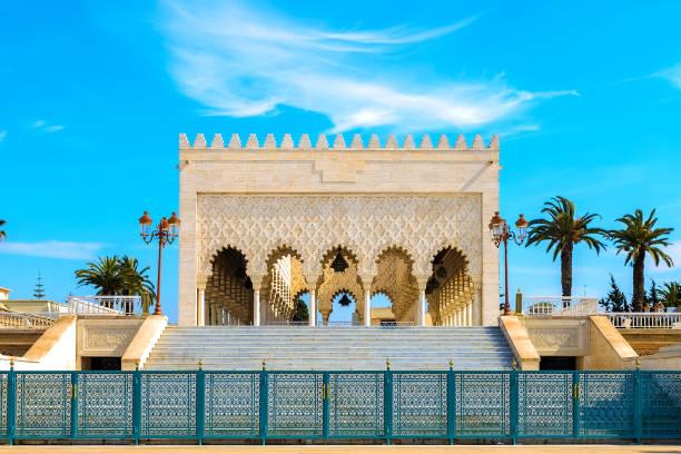 beskåda av den snow-white mausoleumen av mohammed v mot den blå skyen. rabat, marocko - rabat marocko bildbanksfoton och bilder