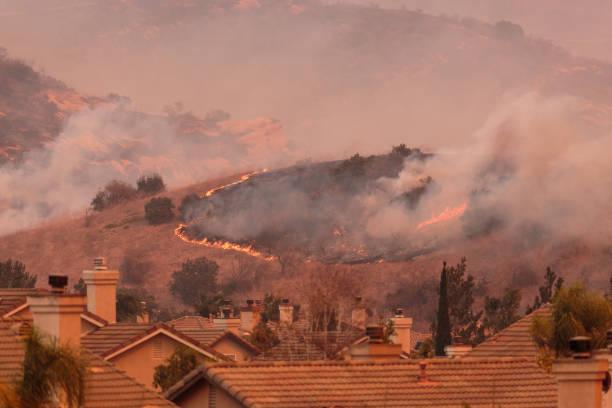een weergave van de verspreiding van de canyon vuur 2 wildvuur in anaheim hills en de stad van oranje vlammen - bosbrand stockfoto's en -beelden