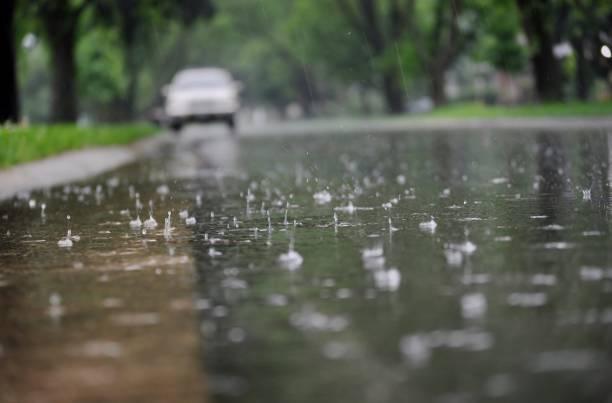 widok na powierzchnię ulicy podczas deszczu. - deszcz zdjęcia i obrazy z banku zdjęć