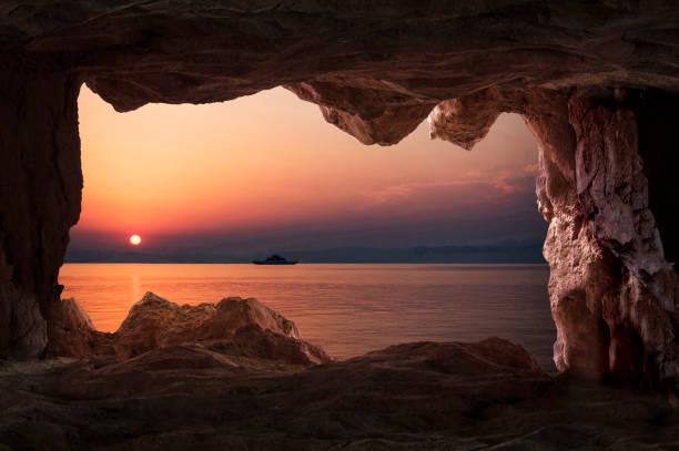 thasos, 그리스에 안으로 동굴에서 일몰 보기 - 동굴 뉴스 사진 이미지