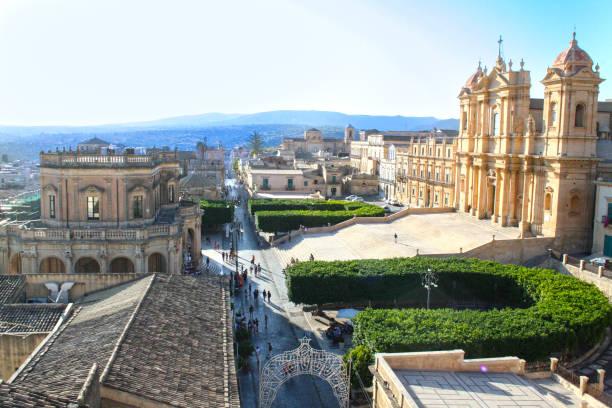 uitzicht op de stad van noto - noto sicilië stockfoto's en -beelden