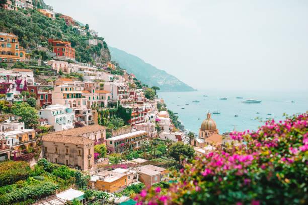Blick auf die Stadt Positano mit Blumen – Foto