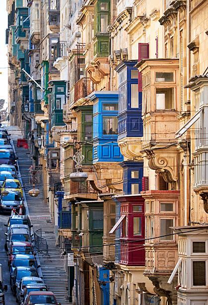 Ein Ansicht der typischen Straße von Valletta mit traditionellen – Foto