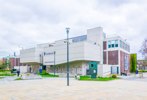 vue de l'université de liverpool, angleterre - liverpool angleterre photos et images de collection