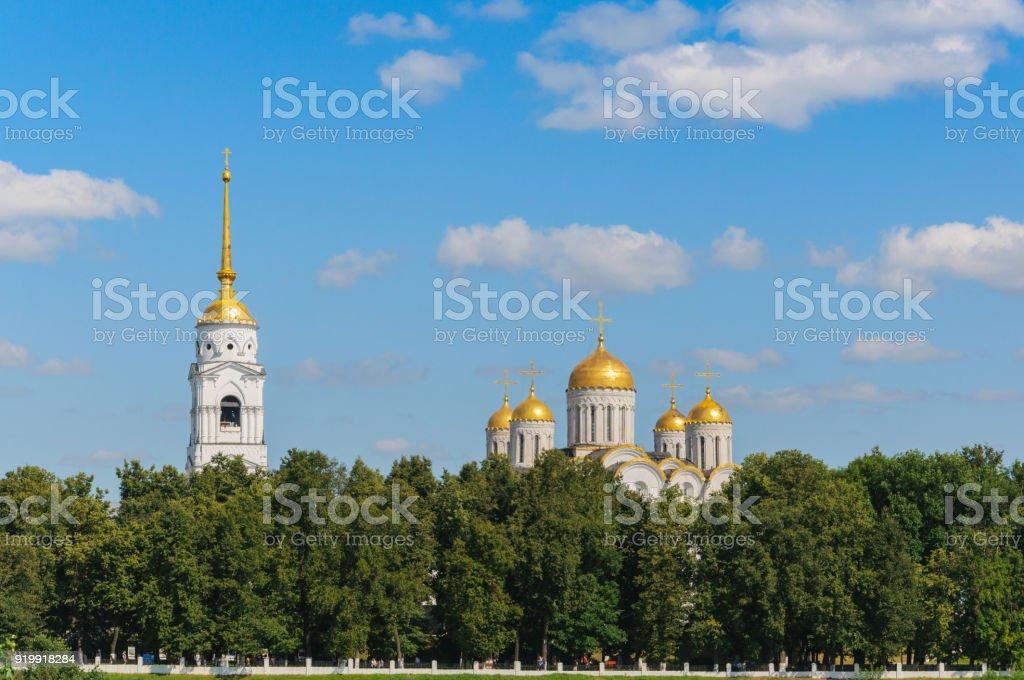 vue sur la cathédrale Ouspenski et la promenade à Vladimir. paysage d'été. l'anneau d'or de la Russie - Photo