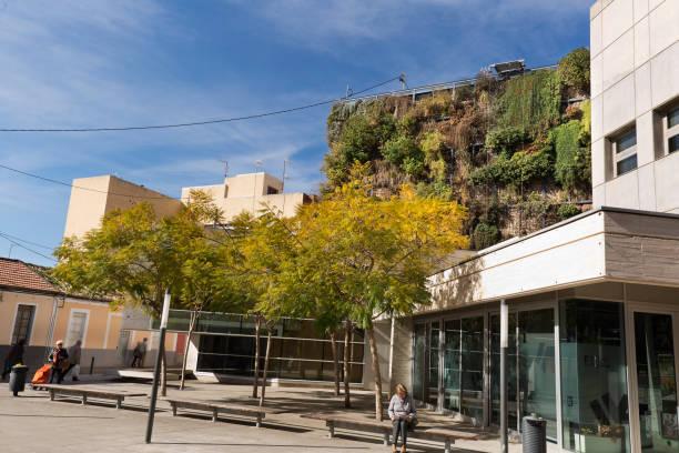 blick auf den vertikalen garten von sechs etagen - garden types stock-fotos und bilder
