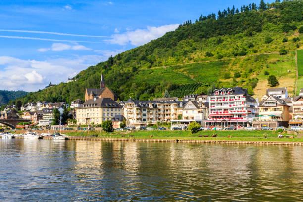view of the wine town cochem at the moselle in - wettervorhersage deutschland stock-fotos und bilder