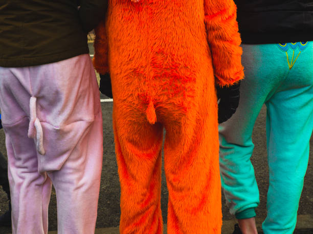 blick auf drei personen von hinten im karnevalskostüm mit - spielerfrauen stock-fotos und bilder