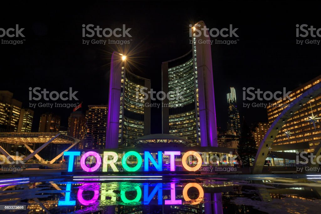 View of Toronto Sign on Nathan Phillips Square at night, Canada. foto stock royalty-free