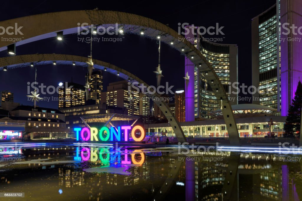 View of Toronto Sign on Nathan Phillips Square at night, in Toronto, Canada. royaltyfri bildbanksbilder