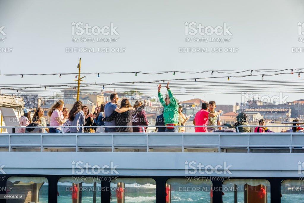 Blick auf touristischen Menschen und neue Moschee - Lizenzfrei Außenaufnahme von Gebäuden Stock-Foto