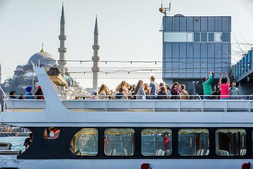 Weergave Van Toeristische Mensen En Nieuwe Moskee Stockfoto en meer beelden van Baai
