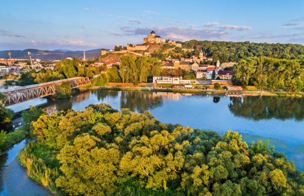 Vue de Trencin avec le château de Trencin au-dessus de la rivière Vah en Slovaquie - Photo