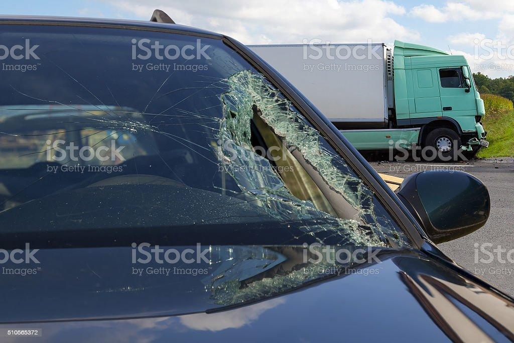 Vista de camión en un accidente de coche, rotura de vidrio - foto de stock