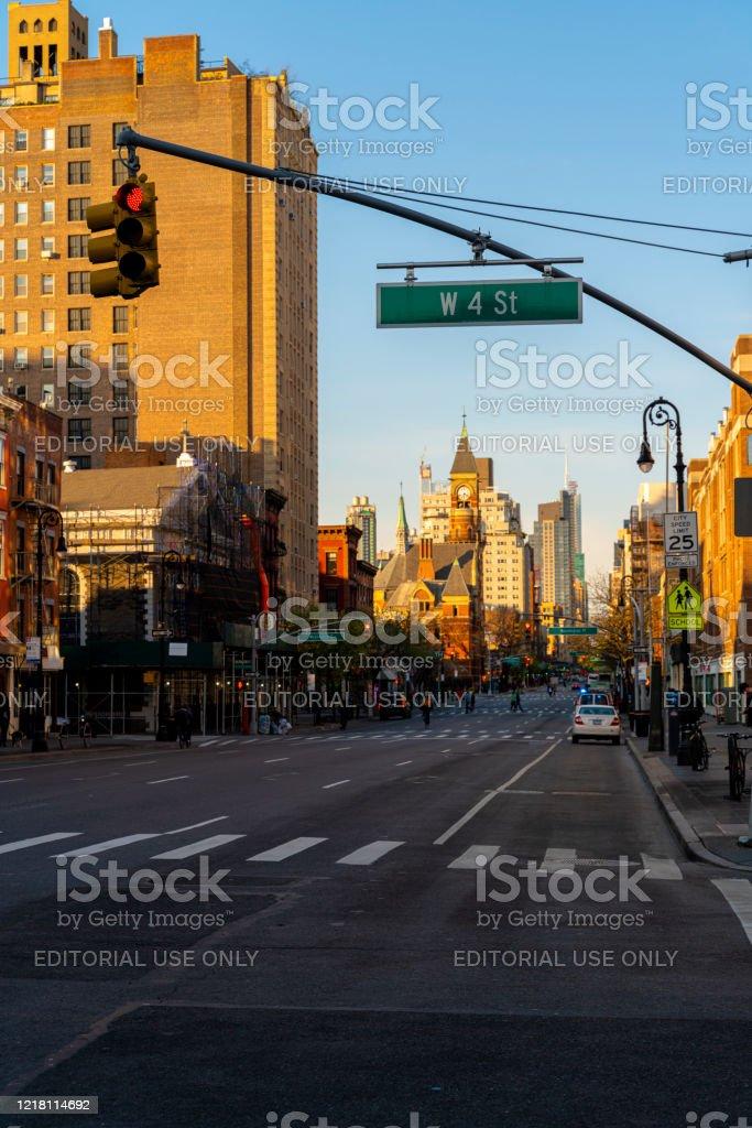 Covid19パンデミックの流行のためにさびれた6番街沿いのマンハッタンの ...