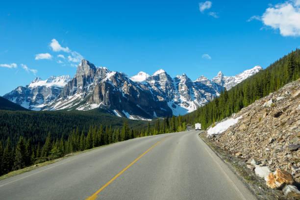 ansicht des valley of the ten peaks, fahren auf der straße, moraine lake, banff nationalpark, alberta, kanada - zweispurige strecke stock-fotos und bilder