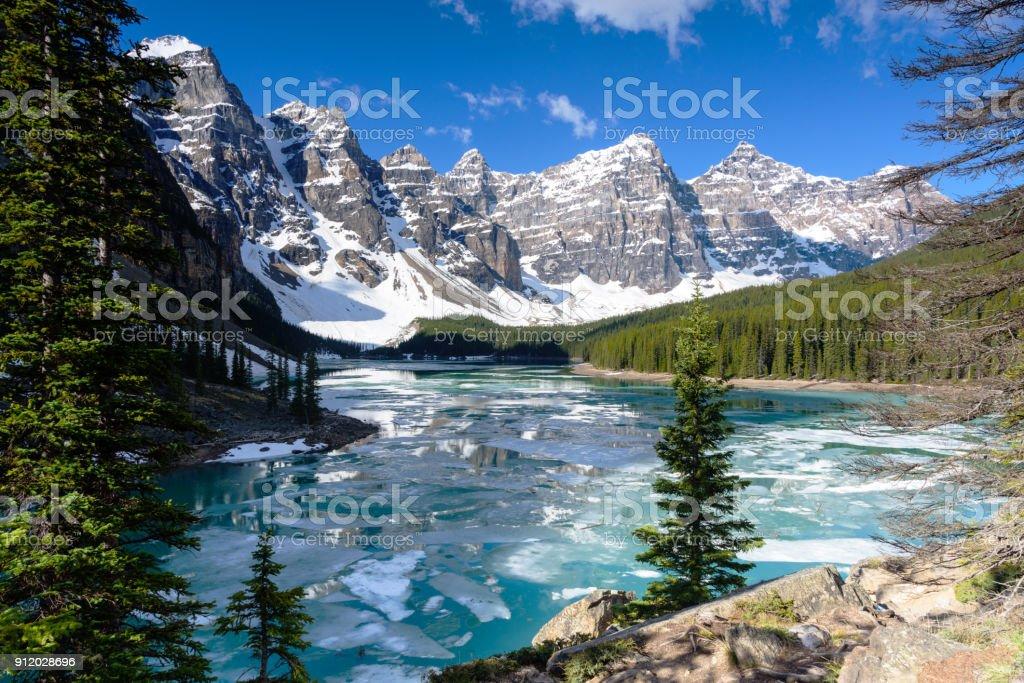 Uitzicht op de vallei van de tien pieken moraine lake met blauwe hemel in springs, Nationaal Park Banff, Alberta, Canada foto