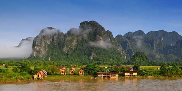 blick auf vangvieng, laos - vang vieng stock-fotos und bilder