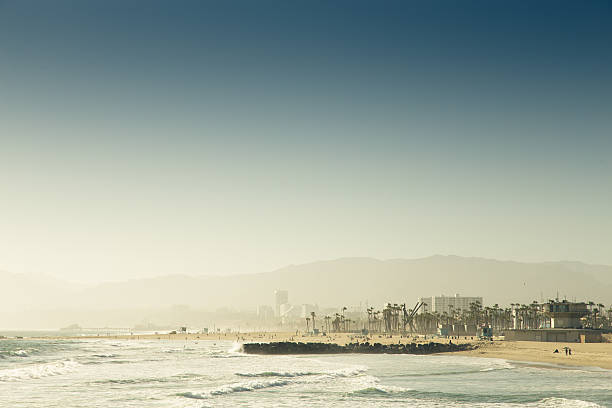 blick auf venedig-strand vom pier - venice beach in kalifornien stock-fotos und bilder