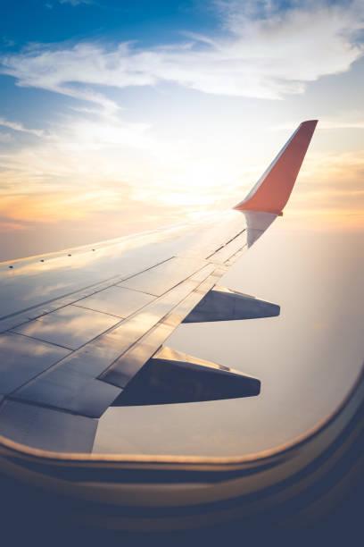 비행기의 창에서 날개의 보기 - 항공기 날개 뉴스 사진 이미지