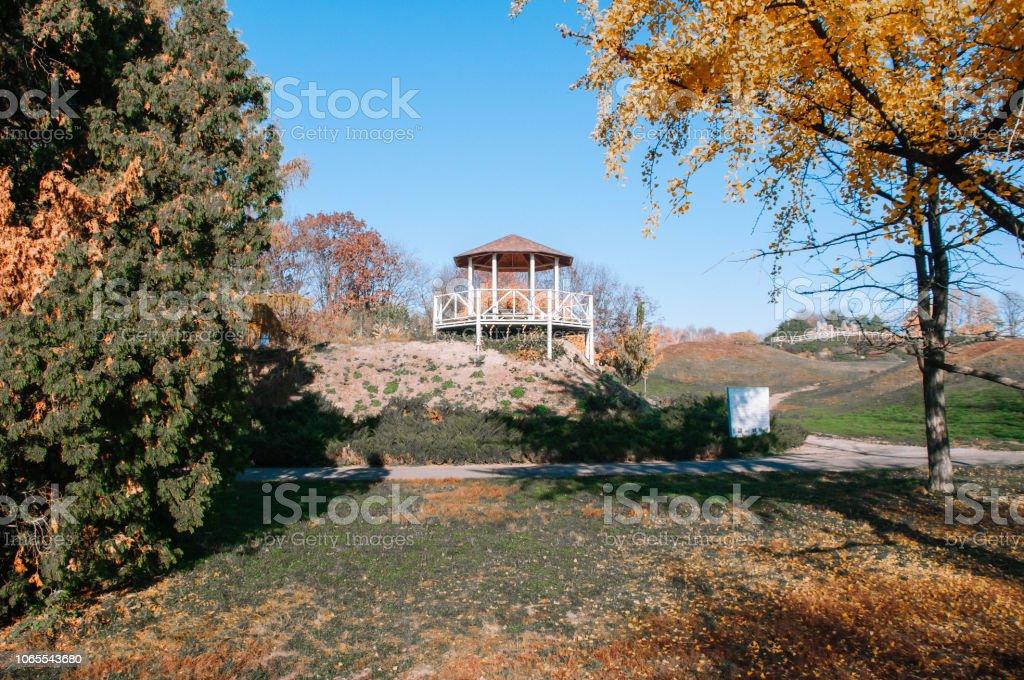 Vista de cenador de madera en el parque de otoño - foto de stock