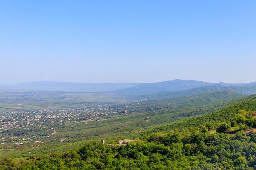 Bekijk Op Alazani Vallei En Kaukasus Gebergte Van Sighnagi Kakheti Georgia Stockfoto en meer beelden van Architectuur