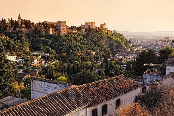 夕暮れ時のアルハンブラの - スペイン グラナダ ストックフォトと画像