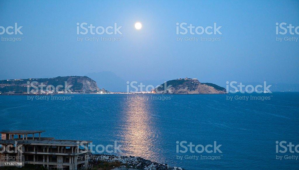 Vista sul Golfo di Napoli da notte con luna - foto stock