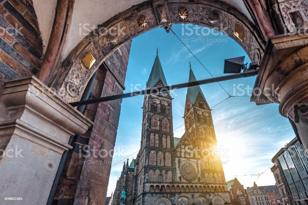 ver en la Catedral de Bremen de sol de la mañana - foto de stock