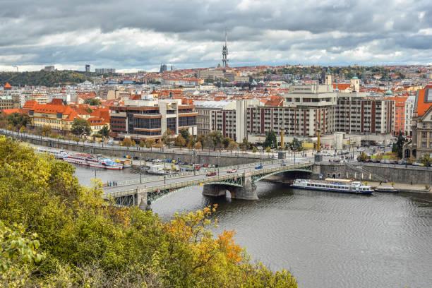 blick auf die karlsbrücke, boote auf vltava (moldau), hotel intercontinental, prag tschechische republik - ein topf wunder stock-fotos und bilder