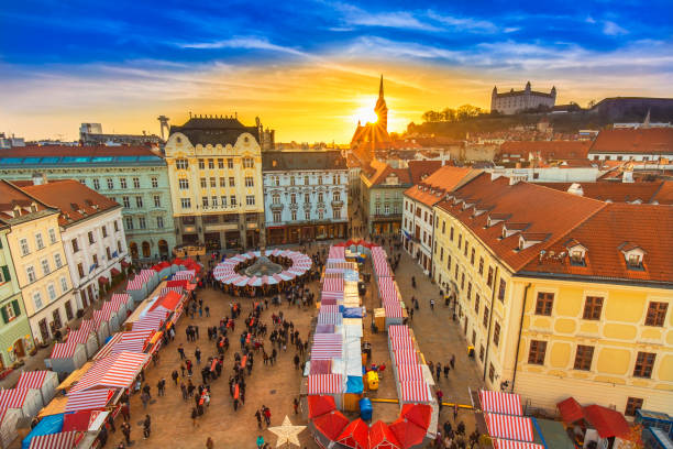 view on christmas market on the main square in bratislava - 슬로바키아 뉴스 사진 이미지